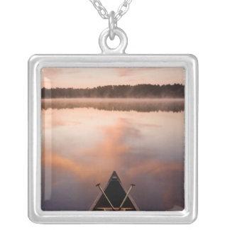 カヌーはPawtuckaway湖の海岸で休みます シルバープレートネックレス