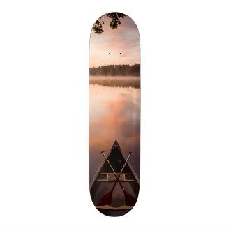 カヌーはPawtuckaway湖の海岸で休みます 20cm スケートボードデッキ
