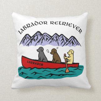 カヌーをこぐラブラドル・レトリーバー犬 クッション