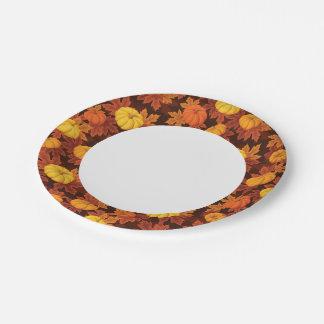 カボチャおよび秋のかえでが付いているパターン ペーパープレート