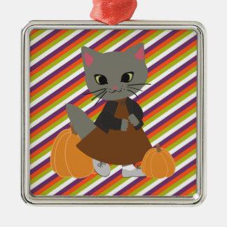 カボチャハロウィンのオーナメントを持つかわいい子ネコ メタルオーナメント