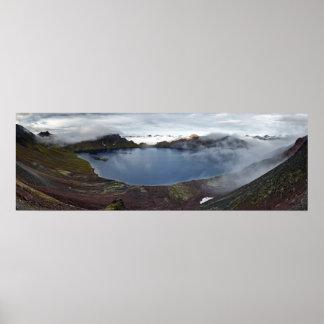 カムチャツカ半島の活動的な火山のcrater湖 ポスター
