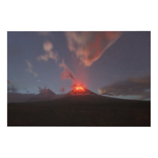 カムチャツカ半島: 夜の噴火のKlyuchevskoyの火山 ウッドウォールアート