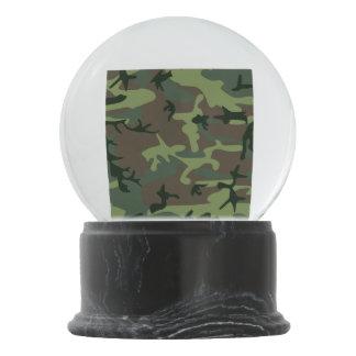 カムフラージュの迷彩柄の緑のブラウンパターン スノーグローブ