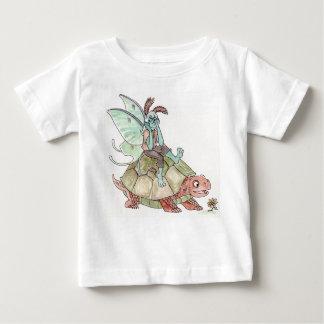 カメの乳児のTシャツに乗るルナガの妖精の国 ベビーTシャツ