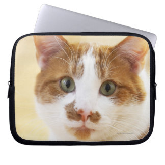 カメラを見ているオレンジおよび白い猫 ラップトップスリーブ