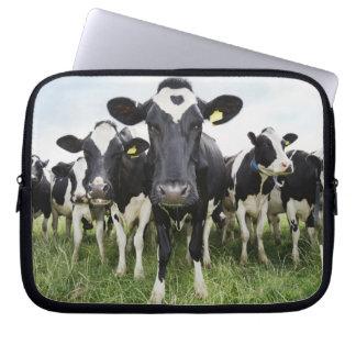 カメラを見ます続けて立っている牛 ラップトップスリーブ