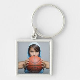 カメラを見るバスケットボールの若い女性 キーホルダー