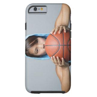 カメラを見るバスケットボールの若い女性 ケース
