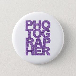 カメラマン-紫色の文字 5.7CM 丸型バッジ