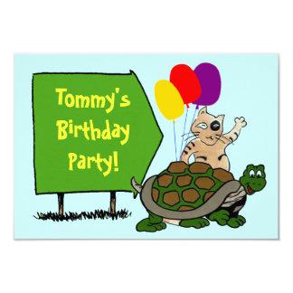 カメ及び猫の名前入りな誕生日の印の招待状 カード
