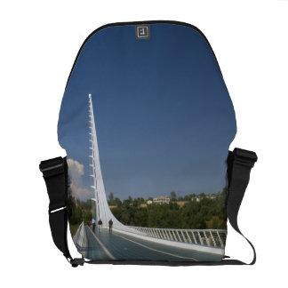 カメ湾の日時計橋 クーリエバッグ