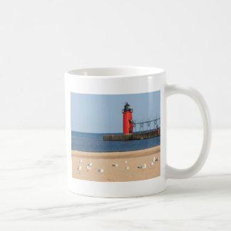 カモメおよび灯台とのビーチ場面 コーヒーマグカップ