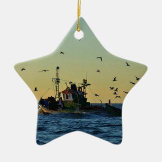 カモメが殺到する漁船 セラミックオーナメント