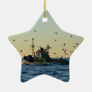 カモメの漁船そして群 セラミックオーナメント