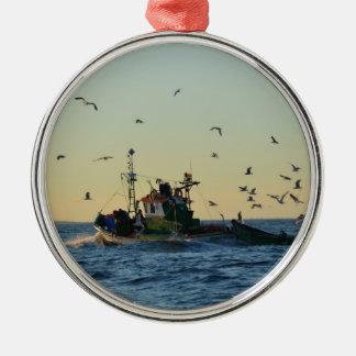 カモメの漁船そして群 メタルオーナメント