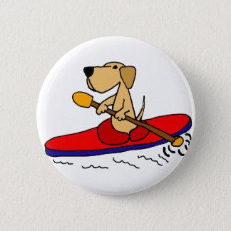 カヤックを漕いでいるおもしろいで黄色いラブラドル・レトリーバー犬 缶バッジ