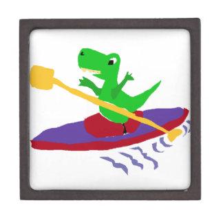 カヤックを漕いでいるおもしろいな緑のTレックスの恐竜 ギフトボックス