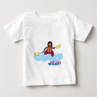 カヤックを漕ぐ女の子 ベビーTシャツ