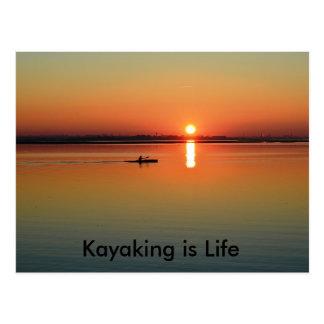 カヤックを漕ぐ航行の魚釣り-生命はカヌーをこいでいます ポストカード