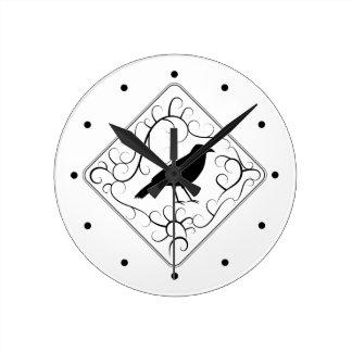 カラスおよび渦巻パターン。 白黒。 ラウンド壁時計