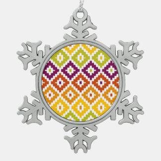 カラフルでアステカな種族のプリントのイカットのダイヤモンドパターン スノーフレークピューターオーナメント