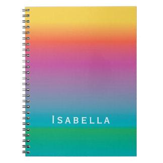 カラフルでエレガントな虹の勾配のグラデーションなモノグラム ノートブック