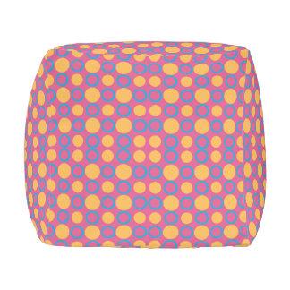 カラフルで幾何学的なポルカのプリント アウトドアプーフ