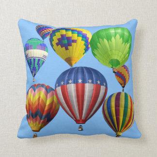 カラフルで明るい熱気の気球は味方されて選抜します クッション