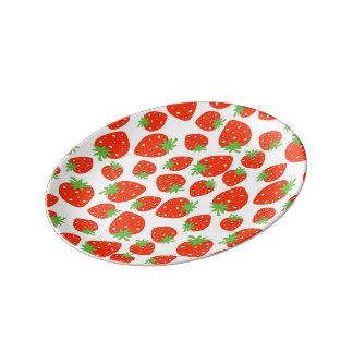 カラフルで赤いいちごパターン 磁器プレート