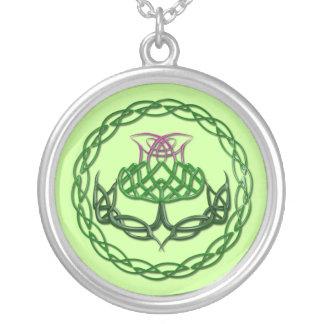 カラフルなケルト結び目模様のアザミ シルバープレートネックレス