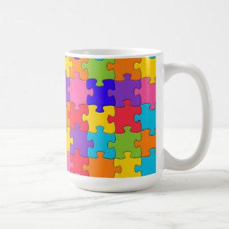カラフルなジグソーパズルは幸せな難問を継ぎ合わせます コーヒーマグカップ