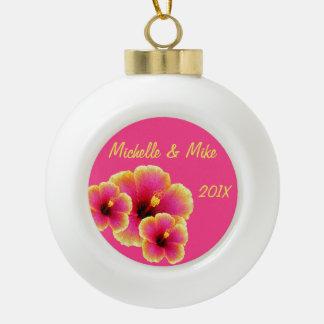 カラフルなハイビスカスの花のクリスマスの記念品 セラミックボールオーナメント