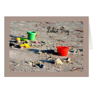 カラフルなバケツが付いている労働者の日カードビーチ カード