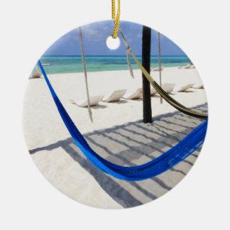 カラフルなビーチはCozumelメキシコのオーナメントをハンモックに入れてつるします セラミックオーナメント