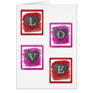 カラフルなピンクの赤はインクによって陰影を付けられたハートを組み立てました カード