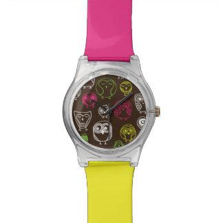 カラフルなフクロウの落書きの背景パターン 腕時計