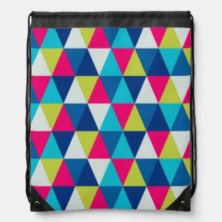 カラフルな三角形のモダンで幾何学的なパターン ナップサック