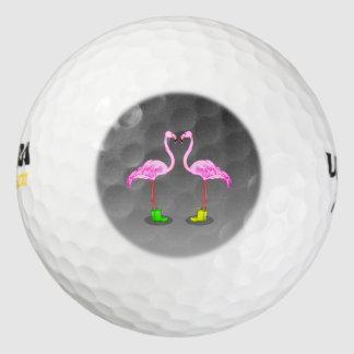 カラフルな冬のブーツを身に着けている漫画のフラミンゴ ゴルフボール