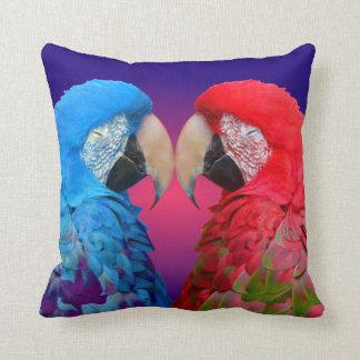 カラフルな愛鳥、コンゴウインコまたはオウム クッション