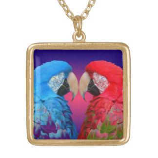 カラフルな愛鳥、コンゴウインコまたはオウム ゴールドプレートネックレス
