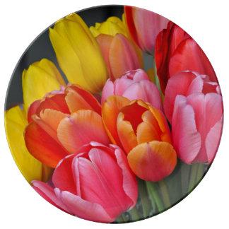 カラフルな春のチューリップの花束 磁器製 食器