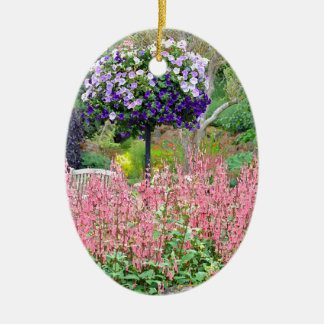 カラフルな春のペチュニアの庭 陶器製卵型オーナメント