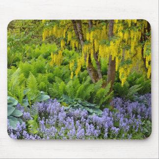 カラフルな春の庭場面 マウスパッド