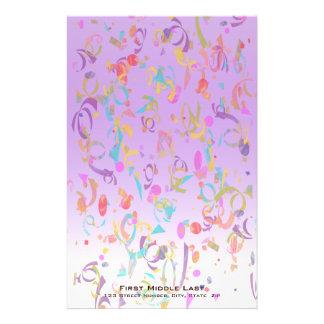 カラフルな紙吹雪の部分およびすみれ色の勾配 便箋