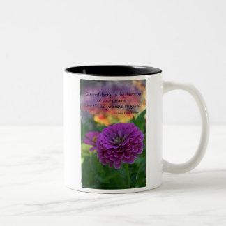 カラフルな紫色の《植物》百日草のオレンジ花の引用文 ツートーンマグカップ