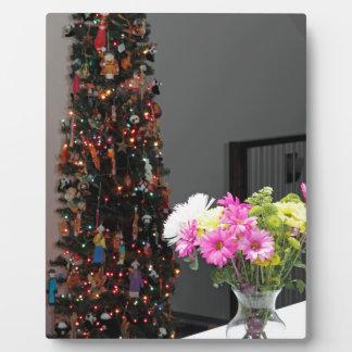 カラフルな花の花束およびクリスマスツリー フォトプラーク