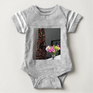 カラフルな花の花束およびクリスマスツリー ベビーボディスーツ