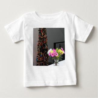 カラフルな花の花束およびクリスマスツリー ベビーTシャツ
