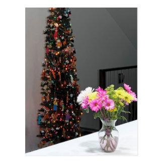 カラフルな花の花束およびクリスマスツリー ポストカード